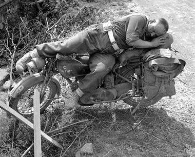 Канадский курьер в окрестностях города Фалез. 14 августа 1944 г.
