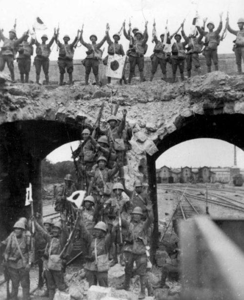 Японские солдаты на захваченной железнодорожной станции в китайском городе Тяньцзин. 1937 г.