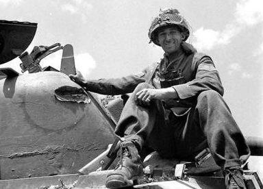Канадский танкист у поврежденного Шермана в Сен-Ламбер-сюр-Дайвз. 18 августа 1944 г.
