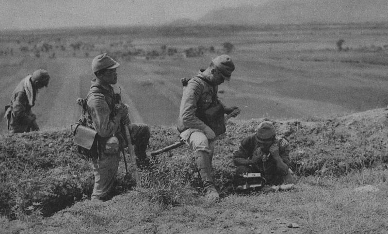 Японские связисты роют окопы в Китае. 1937 г.