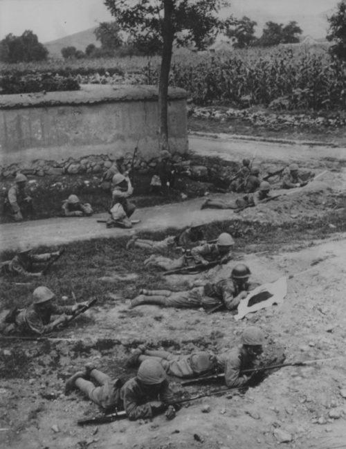 Японские пехотинцы заняли позицию на окраине города в Китае.1937 г.