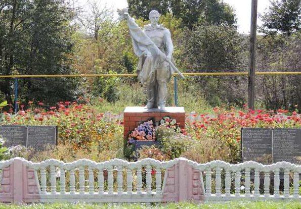 с. Погожее Тимского р-на. Памятник, установленный в 1955 году на братской могиле, в которой захоронено 144 советских воина.