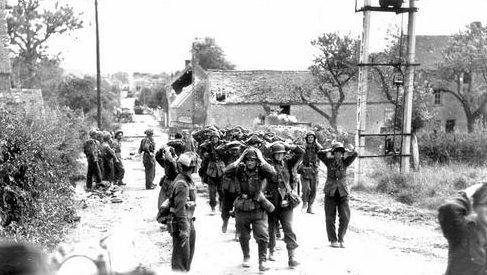 Немецкие солдаты сдаются канадским войскам в Сен-Ламбер. Франция, 19 августа 1944 г.