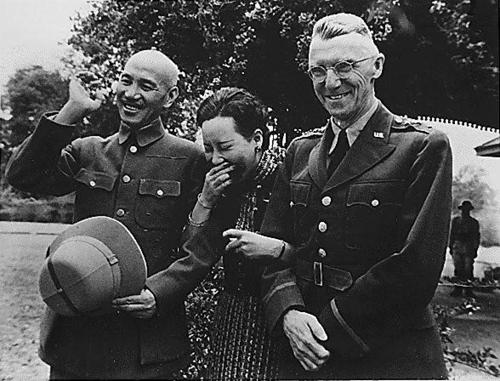 Чан Кайши, его жена и генерал-лейтенант Джозеф У. Стилвелл в Маймё. Бирма, 19 апреля 1942 г.