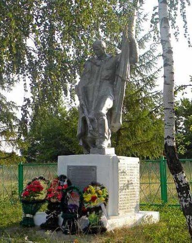 с. Рождественка Тимского р-на. Памятник, установленный на братской могиле, в которой захоронено 63 советских воина.