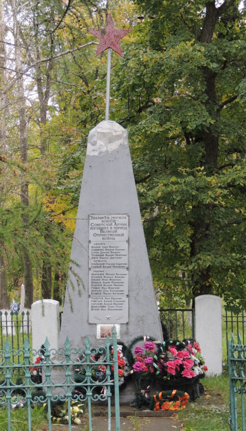 п. Тим. Памятник, установленный на братской могиле, в которой захоронено 23 советских воина.