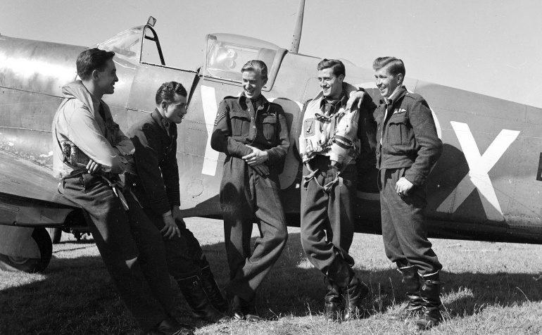 Пилоты 401-й эскадрильи канадских Королевских ВВС. 19 августа 1942 г.