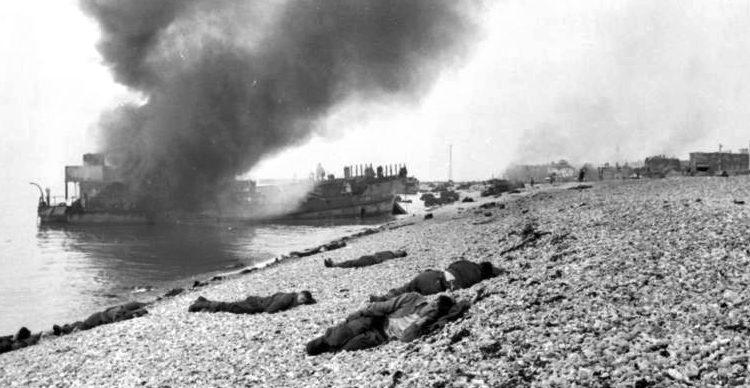Горящий корабль LCT на берегу у Дьеппа. Август, 1942 г.