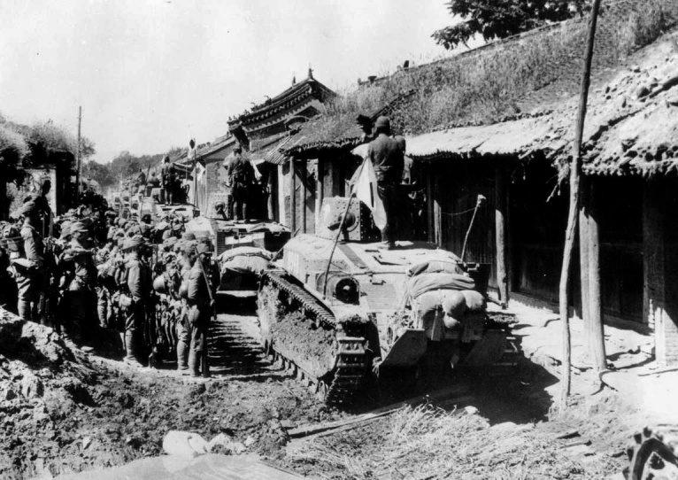 Японские войска на улице китайского города Бейлин. 1937 г.