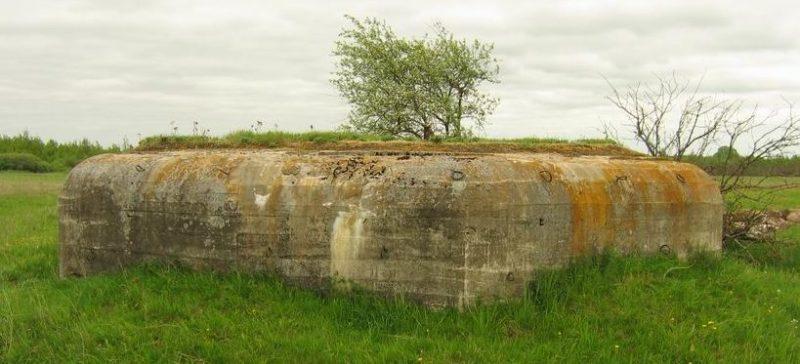 ДОТ 7 на плане и на местности северо-восточнее бывшей деревни Острая Клетка.