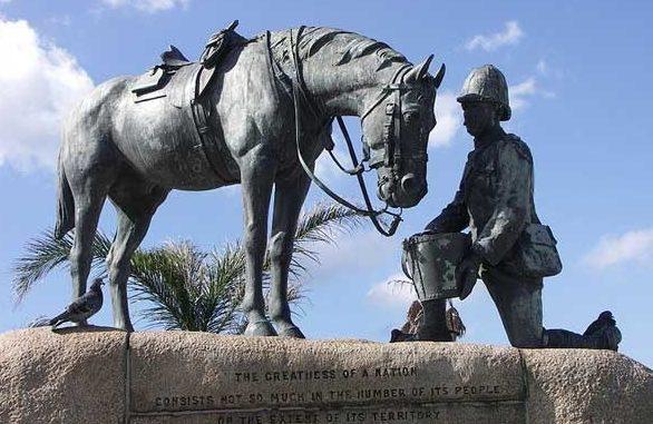 Памятник погибшим лошадям в Порт-Элизабет, Восточная Капская провинция ЮАР.