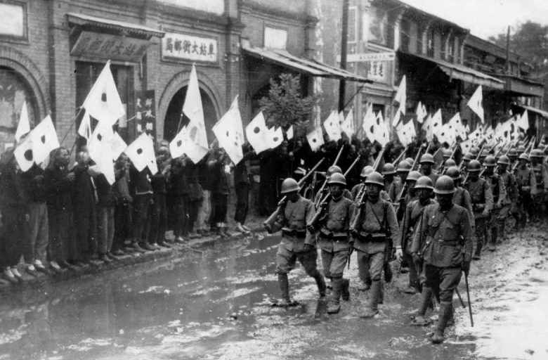 Колонна японских солдат на марше в провинции Хэнань. 1937 г.