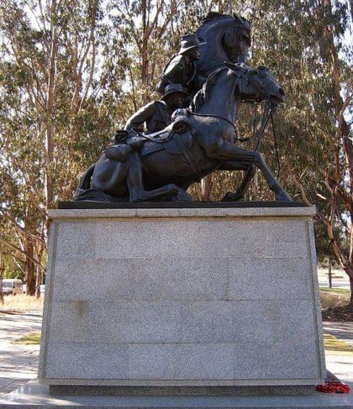 Памятник Британской кавалерии во время Суэцкого кризиса, установленный в Порт-Саиде, Египет.