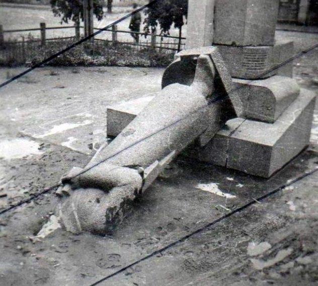 Разрушенный памятник Щорсу. 1941 г.