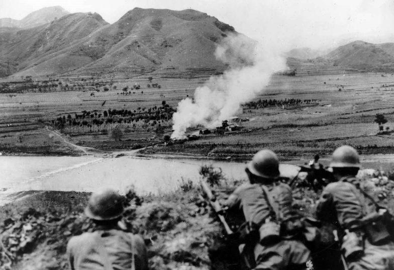 Расчет японского пулемета наблюдает за противником в северном Китае. Сентябрь 1937 г.