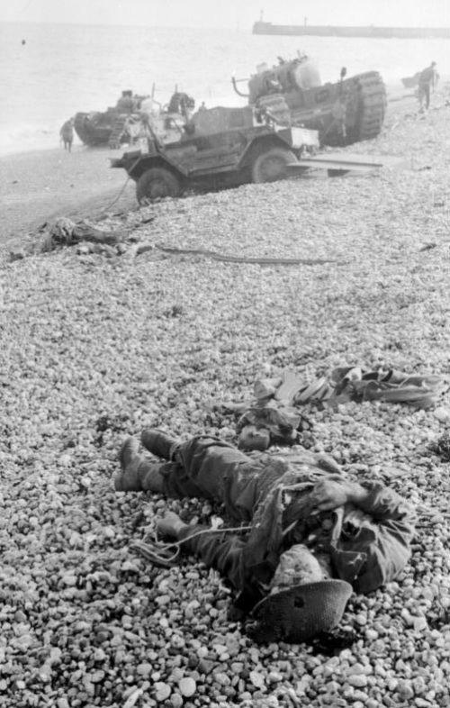 Погибшие канадские солдаты у Дьеппа. Август, 1942 г.