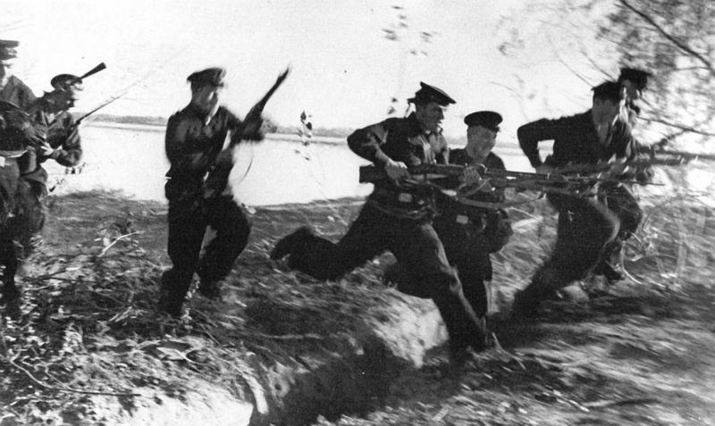 Красноармейцы атакуют. 1942 г.