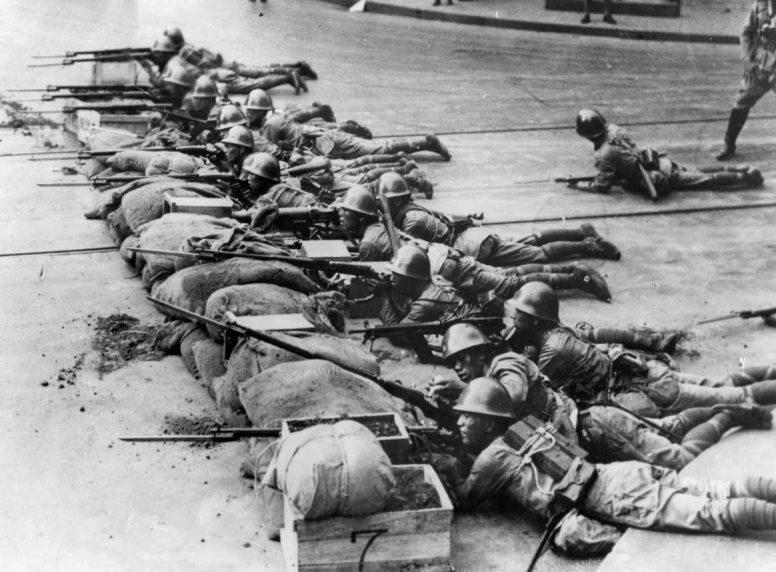 Японские солдаты на улице китайского города Хайкоу. 1937 г.