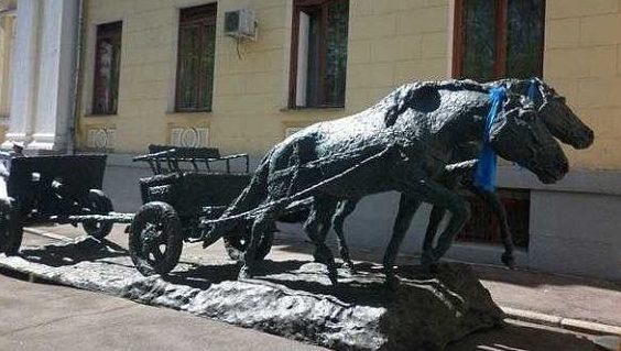 Памятник монгольским лошадям на Поклонной горе в Москве.