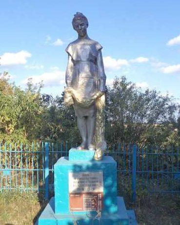 с. 1-е Банино Фатежского р-на. Памятник, установленный в 1962 году на братской могиле, в которой захоронено 18 советских воинов, в т.ч. 8 неизвестных.