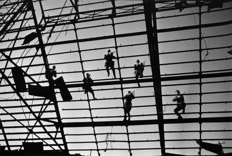 Советские бойцы ведут огонь с крыши одного из заводов Сталинграда. 1942 г.