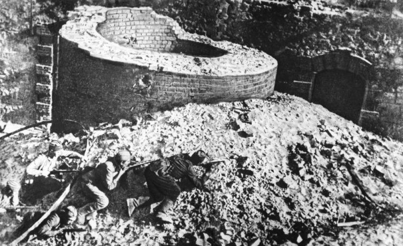 Красноармейцы в бою за город. Июль 1942 г.