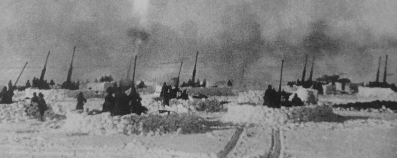 Батареи советских 37-мм и 85-мм зениток под Сталинградом. 1942 г.