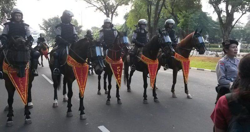 Конная полиция в Джакарте.