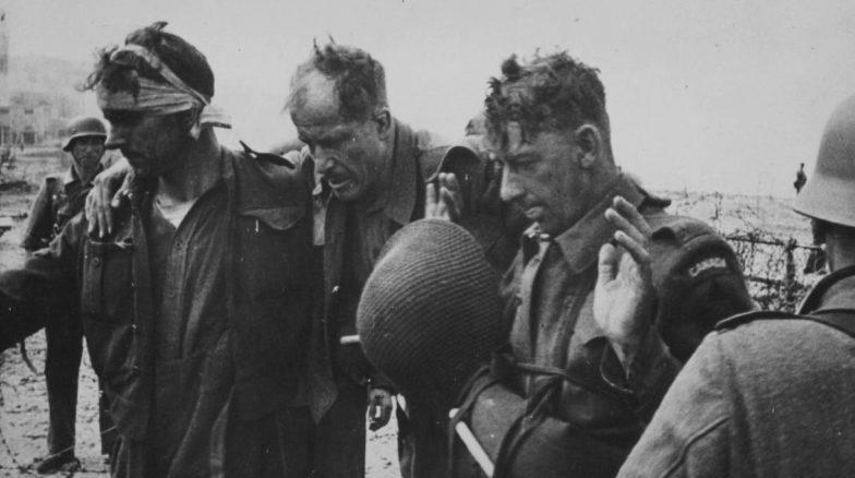 Раненые канадцы на окраине Дьеппа, под контролем немцев. Август 1942 г.