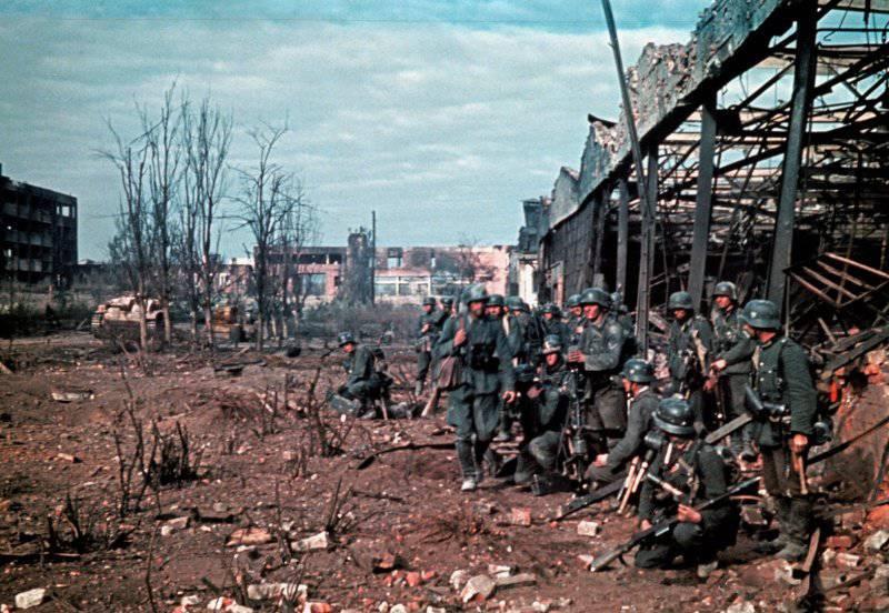 Солдаты 545-го пехотного полка Вермахта у развалин завода «Красный Октябрь». Июль 1942 г.