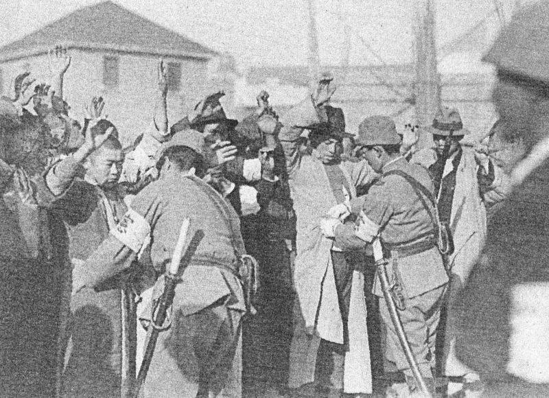 Японские солдаты обыскивают граждан оккупированного Нанкина. 1937 г.