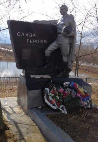с. Доброхотово Фатежского р-на. Памятник, установленный на братской могиле, в которой захоронено 200 советских воинов.