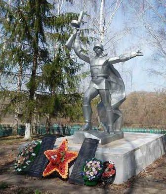 с. Молотычи Фатежского р-на. Памятник около школы, установленный в 1965 году на братской могиле, в которой захоронен 204 советских воина, в т.ч. 9 неизвестных.