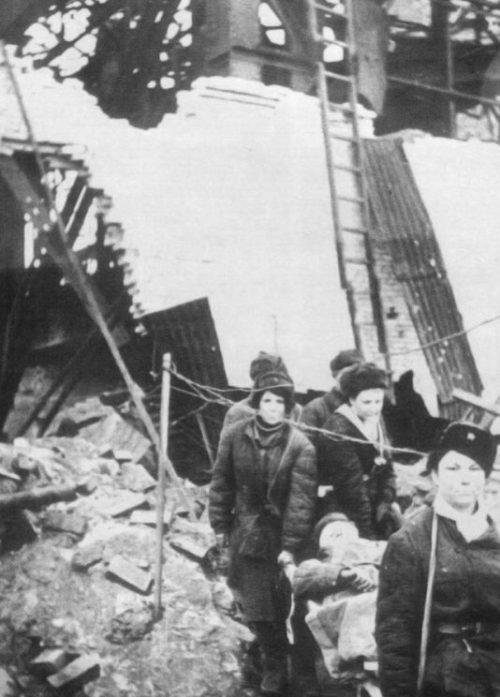 Советские санитарки выносят раненого из цеха завода. 1942 г.