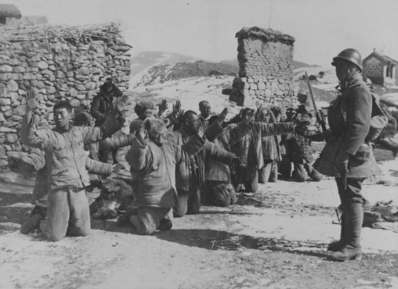 Китайские пленные на коленях перед японским солдатом. 1937 г.