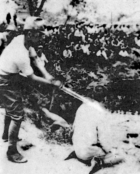 Японские военнослужащие казнят китайцев в Нанкине. 1937 г.