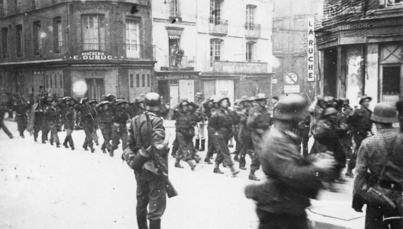 Колонна пленных канадских солдат на улицах Дьеппа. Август 1942 г.