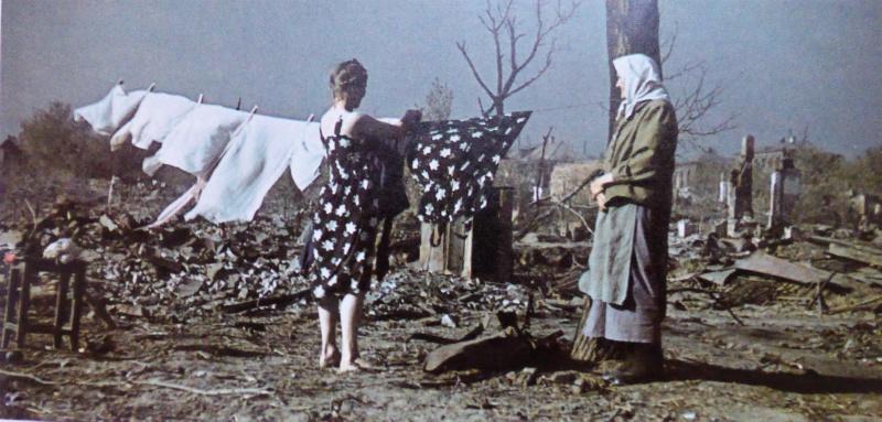 Жительницы оккупированной немецкими войсками части города сушат белье. Август 1942 г.