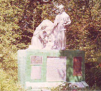 с. Н. Реут Фатежского р-на. Памятник, установленный в 1969 году на братской могиле, в которой захоронено 273 советских воина, в т.ч. 252 неизвестных.