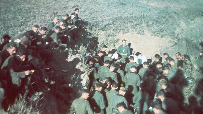 Немцы на похоронах на околице города. Август 1942 г.