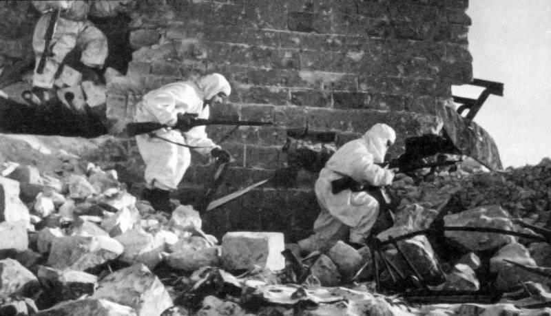 Снайперы выбирают позицию. 1942 г.