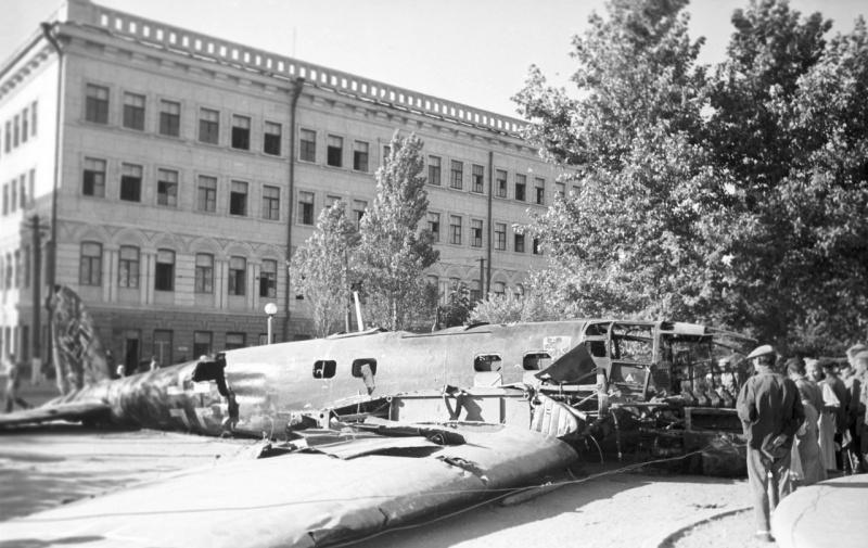 Сбитый немецкий бомбардировщик He.111 на городской улице. Август 1942 г.