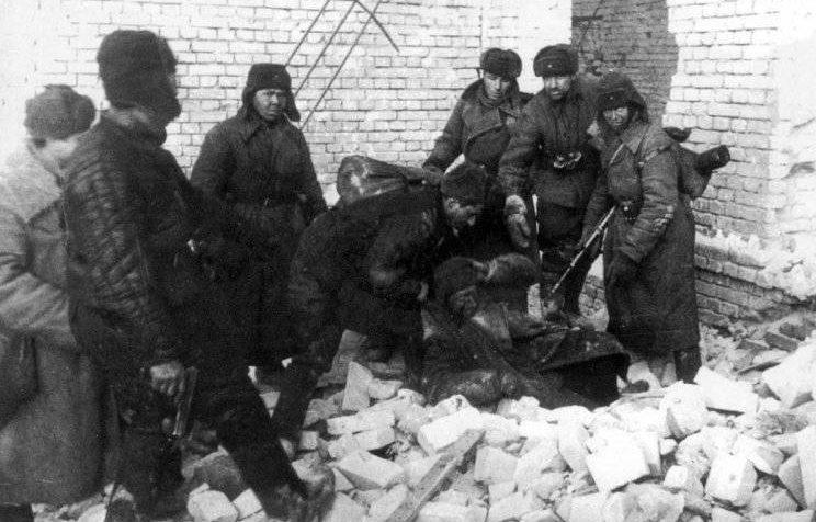 Красноармейцы берут в плен немецкого снайпера в разрушенном доме. 1942 г.