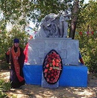с. Сотниково Фатежского р-на. Памятник, установленный на братской могиле, в которой захоронено 68 советских воинов, в т.ч. 33 неизвестных.
