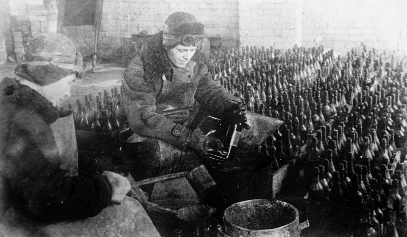 Наполнение бутылок зажигательной смесью. 1942 г.