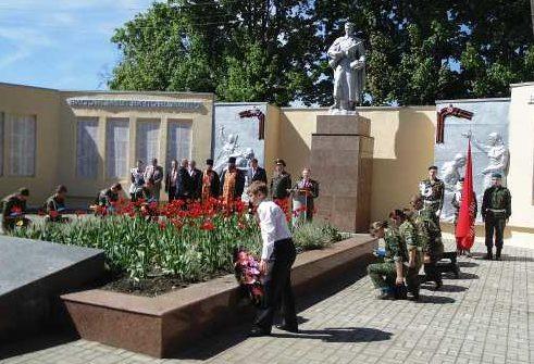 г. Фатеж. Памятник, установленный на братской могиле, в которой захоронено 1 105 советских воинов.