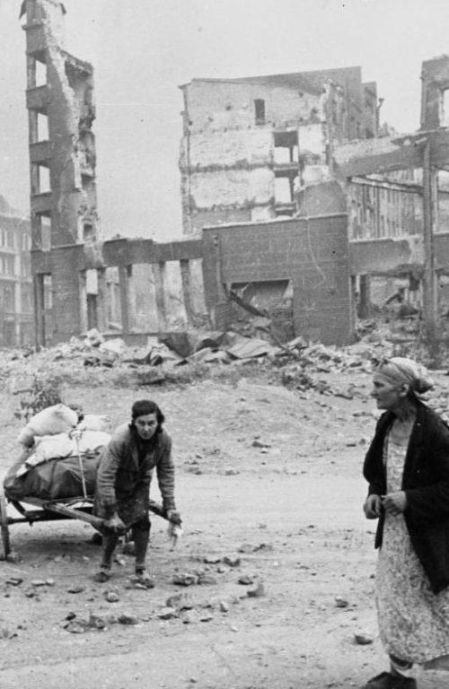 Городские улицы. Август 1942 г.