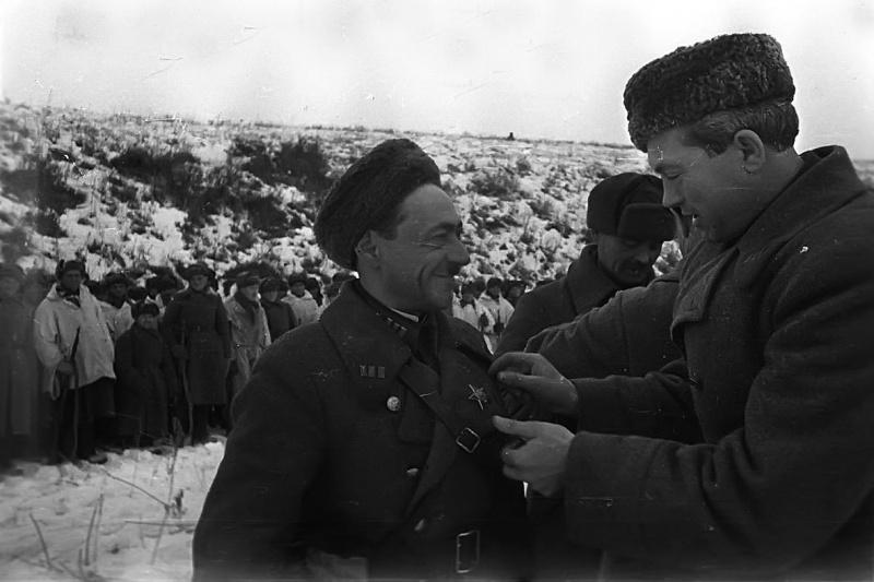Награждение советских воинов под Сталинградом. 1942 г.