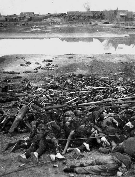 Груды трупов китайцев, лежащих вдоль берега реки Янцзы. Нанкин, 1937 г.