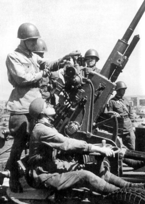 Расчет советской 37-мм автоматической зенитной пушки. Август 1942 г.